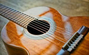 כאבים שיש מהמיתרים של גיטרה קלאסית